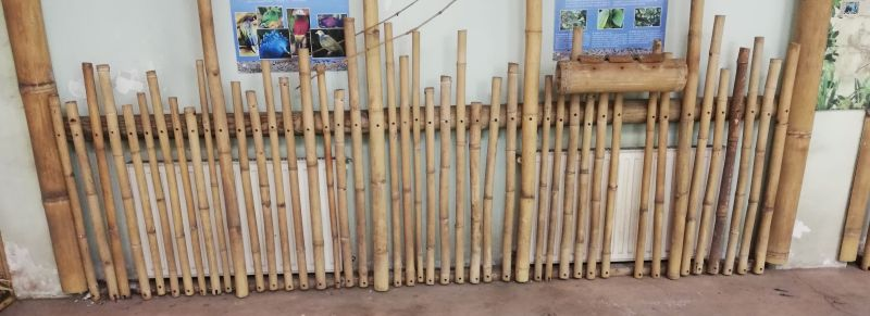 Lazán egymás mellé rakott bambuszrudak a radiátor előtt.